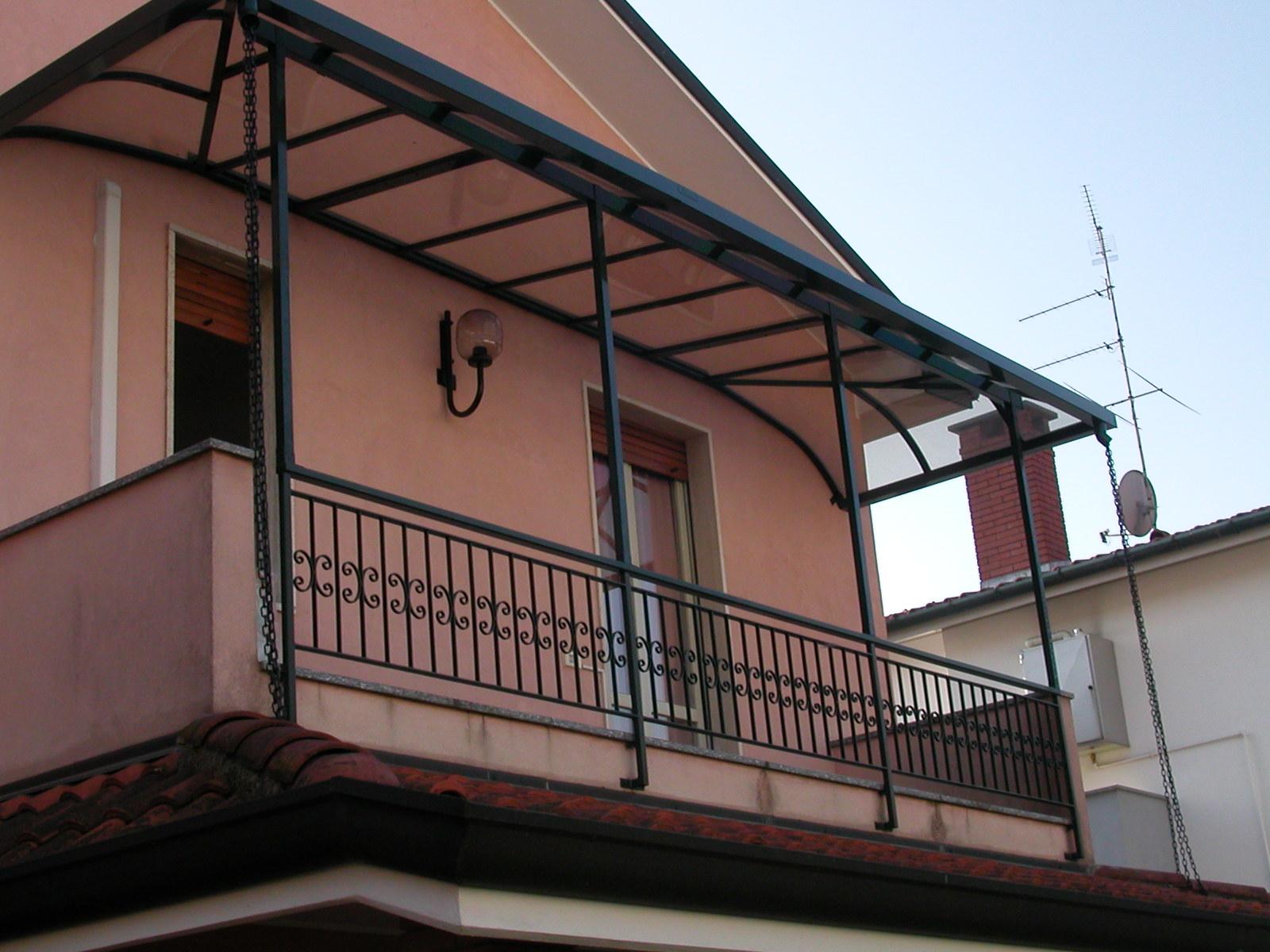 Coperture per balconi su misura, realizzate in alluminio e policarbonato